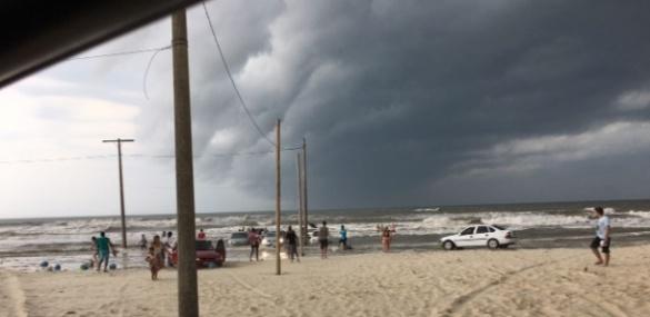 carros-arrastados-por-onda-em-balneario-rincao-sc-ao-fundo-nuvem-de-tempestade-que-provoca-tsunami-meteorogico-1476884665038_615x300
